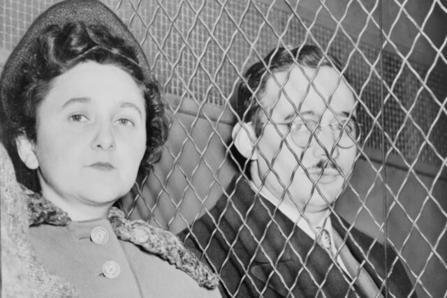 Julius and Ethel Rosenberg, separated by a heavy wire screen as they leave a US Courthouse after being found guilty by a jury in 1951.